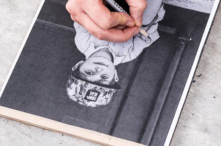Etape 1: Imprimer le motif et le placer sur la surface avec du papier transfert en dessous.