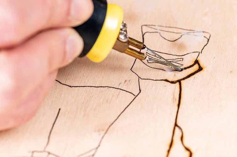 Etape 3: Marquer les contours du motif avec le pyrograveur.